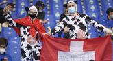 Suporter timnas Swiss terlihat sebelum dimulainya laga Grup A Euro 2020 menghadapi Italia di stadion Olimpiade di Roma, Rabu (16/6/2021). Dalam laga tersebut, Timnas Italia menghajar Swiss dengan skor 3-0. (Ettore Ferrari, Pool via AP)