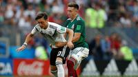 Pemain Timnas Jerman, Mesut Ozil, saat tampil di pertandingan Piala Dunia 2018 kontra Meksiko di Luzhniki Stadium, Moskow, Minggu (17/6/2018). (AP Photo/Matthias Schrader)