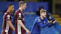 Striker Chelsea, Timo Werner, melakukan protes usai golnya dianulir wasit saat melawan Leicester City pada laga Liga Inggris di Stadion Stamford Bridge, Rabu (19/5/2021). Chelsea menang dengan skor 2-1. (Peter Cziiborra/Poolvia AP)