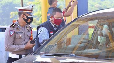 Polda Jateng saat melakukan pemeriksaan pengendara di akses tol tujuan sejumlah wilayah di Jawa Tengah. (Foto : Liputan6.com/Humas Polda Jateng)