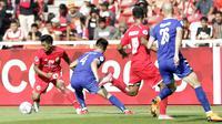Striker Persija Jakarta, Heri Susanto, berusaha mengontrol bola saat melawan Becamex Binh Duong pada laga Piala AFC di SUGBK, Jakarta, Selasa (26/2). Kedua klub bermain imbang 0-0. (Bola.com/M. Iqbal Ichsan)