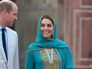 Pangeran William dan Kate Middleton mengunjungi Masjid Bahashi yang bersejarah di Lahore, Pakistan, Kamis (17/10/2019). Dalam kesempatan itu, Kate Middleton terlihat mengenakan kerudung atau kain penutup kepala. (Photo by AAMIR QURESHI / AFP)