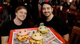 Sebuah burger 'Pokeburg' dengan nama 'Bulboozaur' yang terinspirasi dari karakter game fenomena Pokemon Go diperlihatkan di restoran Down N 'Out Burger, Sydney, Australia, (26/8). (REUTERS/Jason Reed)