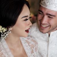 Aura Kasih tuliskan pesan penuh cinta untuk suami. (instagram/eryckama_ral)