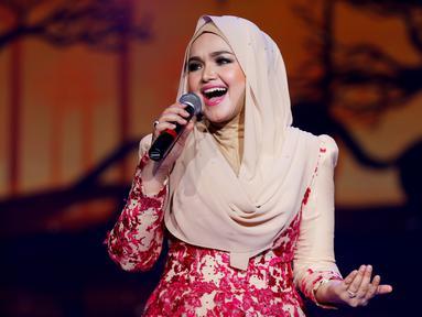 Penyanyi Malaysia, Siti Nurhaliza saat membawakan lagu saat Konser Raya 21 Tahun Indosiar, Istora Senayan, Jakarta (11/1/2016). Siti Nurhaliza menjadi penampil istimewa dalam acara pesta ulang tahun ke-21 Indosiar. (Liputan6.com/Gempur M Surya)