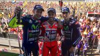 Pebalap Ducati Andrea Dovizioso (tengah) melengserkan Marc Marquez dari puncak klasemen sementara setelah memenangi MotoGP Inggris, Minggu (27/8/2017). (MotoGP)