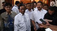 Menko Polhukam Mahfud Md dan Jaksa Agung ST Burhanuddin memberikan keterangan kepada awak media usai melakukan pertemuan tertutup di Kejaksaan Agung Jakarta, Rabu (20/11/2019). (Liputan6.com/Johan Tallo)