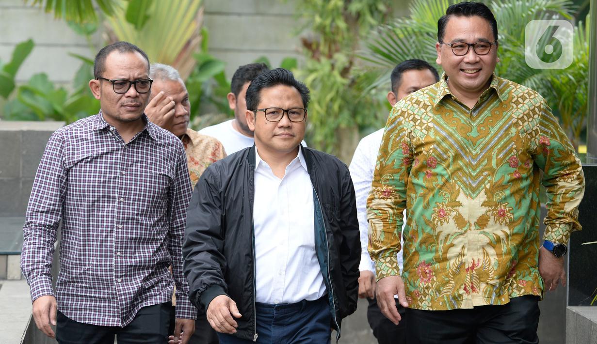 Ketua Umum PKB, Muhaimin Iskandar (tengah) memenuhi panggilan penyidik KPK di Jakarta, Rabu (29/1/2020). Muhaimin yang akrab disapa Cak Imin diperiksa dalam kasus suap terkait proyek Kementerian Pekerjaan Umum dan Perumahan Rakyat Tahun Anggaran 2016. (merdeka.com/Dwi Narwoko)