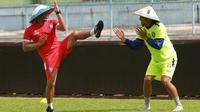 Asisten pelatih Arema, Kuncoro (kiri), berakting berkelahi dengan Hamka Hamzah. (Bola.com/Iwan Setiawan)