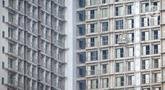 Pekerja menyelesaikan proyek pembangunan apartemen di kawasan Tangerang Selatan, Rabu (25/11/2020). Ekspektasi investor untuk berinvestasi di apartemen berkurang disebabkan turunnya harga sewa apartemen dan stagnansi harga jual. (Liputan6.com/Angga Yuniar)