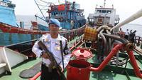 Petugas Badan Keamanan Laut (Bakamla) RI mengamankan awak kapal berjenis motor tanker dan kapal ikan di perairan Teluk Jakarta, Jumat (1/2). Kapal tanker itu diduga telah melakukan transfer BBM ke kapal ikan sekitar 41 ton. (Liputan6.com/Angga Yuniar)