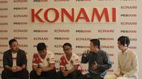 Dua atlet PES, Setia Widianto dan Elga Cahya Putra (tengah), pada sesi konferensi pers timnas PES Indonesia, Jumat (24/8/2018), di Jakarta.  (Bola.com / Reza Bachtiar)