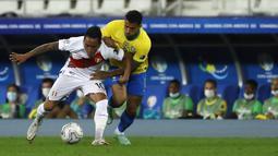 Gelandang Peu, Christian Cueva membawa bola dari kawalan bek Brasil, Danilo pada pertandingan semifinal Copa America di stadion Nilton Santos di Rio de Janeiro, Brasil, Selasa (6/7/2021). Brasil menang tipis atas Peru 1-0. ( (AP Photo/Bruna Prado)