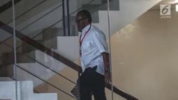 Ketua Dewan Pembina Partai Golkar Aburizal Bakrie menaiki tangga gedung KPK untuk menjalani pemeriksaan, Jakarta, Kamis (16/11). Aburizal Bakrie diperiksa KPK sebagai saksi dugaan korupsi e-KTP dengan tersangka Setya Novanto. (Liputan6.com/Faizal Fanani)