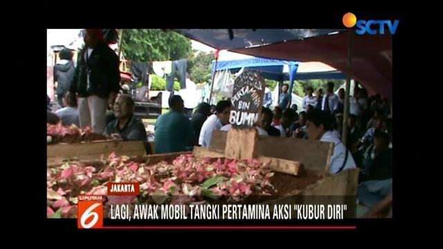 Ratusan sopir mobil tangki Pertamina kembali menggelar aksi kubur diri di depan Istana Merdeka. Aksi tersebut telah dilakukan berulang kali, namun tak ada perhatian.