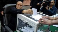 Presiden Aljazair Abdelaziz Bouteflika di kursi roda (REUTERS/Zohra Bensemra)