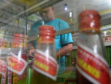 Hendri (37) menyiapkan jamu aduk untuk pembeli di kawasan Pamulang, Tangerang Selatan, Banten, Senin (28/9/2020). Menurutnya penjualan jamu aduk pada masa musim pandemi Covid 19 satu bulan ini penjualan meningkat hingga 200 persen dibandingkan bulan sebelumnya. (merdeka.com/Dwi Narwoko)