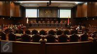 Mahkamah Konstitusi (MK) menggelar sidang putusan UU No Tahun 2015 tentang Pilkada di Gedung MK, Jakarta, Selasa (29/9). MK memperbolehkan daerah dengan calon tunggal untuk melaksanakan pilkada serentak pada Desember mendatang (Liputan6.com/Faizal Fanani)