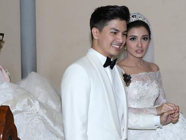 Chelsea Olivia dan Glenn Alinskie saat melakukan pemberkatan pernikahan di Gereja Katedral, Jakarta, Kamis (1/10/2015). Rencananya Chelsea dan Glenn akan melangsungkan resepsi pernikahan pada 3 Oktober 2015 di Hotel Mulia. (Liputan6.com/Herman Zakharia)