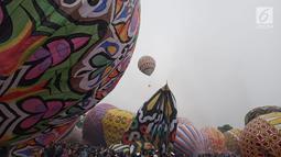 Ratusan balon udara dinaikkan di Lapangan Pagerejo, Kertek, Kabupaten Wonosobo,  Sabtu (15/6/2019). Festival ini untuk memeriahkan syawalan dan wujud syukur warga yang hidup di lereng gunung sindoro dan sumbing. (Liputan6.com/Gholib)