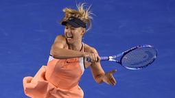 Petenis putri asal Rusia, Maria Sharapova mengembalikan bola pukulan lawannya asal Belarusia Aliaksandra Sasnovich pada pertandingan babak kedua Australia Terbuka di Melbourne, Australia, (20/1/2016). (AFP PHOTO/GREG WOOD)