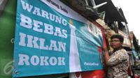Siswa SMP N 104 Jakarta memasang banner di salah satu warung di kawasan Mampang Prapatan, Jakarta, Kamis (5/11). Aksi ini sebagai bentuk kesadaran tentang ancaman adiksi rokok terhadap anak-anak di sekolah melalui iklan (Liputan6.com/Gempur M Surya)