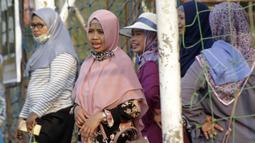 Sejumlah orang tua mendukung anaknya saat menonton pertandingan pada Indonesia Junior League 2019 di Lapangan Sawangan, Minggu (20/10). Dari liga kelas junior ini diharapkan bisa melahirkan pesepakbola muda berbakat dan berkualitas. (Bola.com/M Iqbal Ichsan)