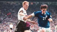 Libero Timnas Jerman, Matthias Sammer, berduel dengan bintang Timnas Italia, Gianfranco Zola, dalam ajang Euro 1996. (MAURIZIO BRAMBATTI / AFP)
