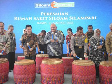 Gubernur Sumatera Selatan Alex Noerdin (ketiga kiri) dan CEO Lippo Group James Riady (kedua kiri) menabuh gendang saat meresmikan rumah sakit Siloam Hospital Silampari Lubuklinggau (SHLL), Sumatera Selatan, Kamis (11/1).  (Liputan6.com/Immanuel Antonius)
