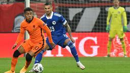 Donyell Malen. Penyerang muda PSV Eindhoven berusia 22 tahun ini mampu mencetak 19 gol dan 8 assist dalam 32 penampilannya di eredivisie musim ini. Ia merupakan pencetak gol terbanyak dari seluruh anggota skuat Timnas Belanda yang akan berlaga di Euro 2020. (AFP/Elvis Barukcic)