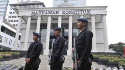 Personel kepolisian saat berjaga di depan Gedung Mahkamah Konstitusi (MK), Jakarta, Rabu (26/6/2019). Penjagaan di sekitar Gedung MK guna mengantisipasi hal yang tidak diinginkan jelang sidang putusan kasus sengketa Pilpres 2019. (merdeka.com/Iqbal S. Nugroho)