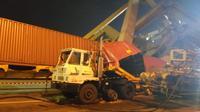 Sebuah head truck tertimpa crane yang roboh menyebabkan operatornya terluka. (foto: Liputan6.com / edhie prayitno ige)