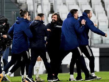 Pelatih Juventus, Andrea Pirlo (tengah) merayakan kemenangan dengan para pemain usai pertandingan melawan Inter Milan pada leg kedua babak semifinal Coppa Italia di Turin Allianz Stadium, Italia, Rabu (10/2/2021).  Juventus bermain imbang atas Inter Milan 0-0. (Marco Alpozzi/LaPresse via AP)
