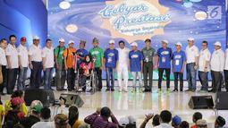 Mensos Idrus Marham foto bersama anak berprestasi saat pembukaan acara Gebyar Prestasi Keluarga Sejahtera Indonesia 2018 di Jakarta, Minggu (12/8). Anak-anak diharapkan bisa mengaktualisasikan prestasi yang diraih. (Liputan6.com/Faizal Fanani)