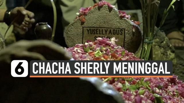 Mantan personel Trio Macan Chacha Sherly meninggal dunia usai terlibat kecelakaan di jalan Tol Semarang-Solo. Ia sempat sampaikan pesan terakhir pada adiknya.