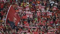Fans Liverpool FC hadir mendukung ttimnya melawan Leicester City FC pada laga Premier League Asia Trophy di Hong Kong (22/7/2017). Liverpool menang 2-1. (AP/Kin Cheung)
