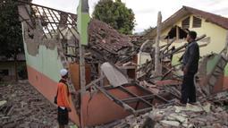 Penduduk desa memeriksa rumah mereka yang rusak setelah gempa magnitudo 5,1  di Sukabumi, Jawa Barat (10/3/2020). Pusat gempa tepatnya berlokasi di darat pada jarak 23 kilometer arah Timur Laut Kota Pelabuhan Ratu, Kabupaten Sukabumi, Jawa Barat pada kedalaman 10 kilometer. (AFP/Wulung Widarba)