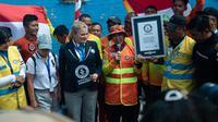 Ketua Wanita Selam Indonesia (WASI), Tri Tito Karnavian saat memperlihatkan plakat rekor dunia di dunia selam dalam hal rangkaian penyelam terpanjang di bawah air (istimewa)