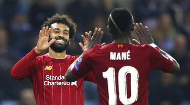 Penyerang Liverpool, Mohamed Salah bersama Sadio Mane merayakan gol ke gawang KRC Genk pada laga Liga Champions 2019 di KRC Genk Arena, Rabu (23/10). Liverpool menang 4-1 atas KRC Genk. (AP/Francisco Seco)
