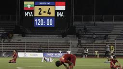 Para pemain Timnas Indonesia U-22 sujud syukur usai mengalahkan Myanmar U-22 pada semifinal SEA Games 2019 di Stadion Rizal Memorial, Manila, Sabtu (7/12). Indonesia menang 4-2 atas Myanmar. (Bola.com/M Iqbal Ichsan)