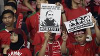 Suporter Timnas Indonesia memperlihatkan poster memprotes Ketum PSSI, Edy Rahmayadi, saat melawan Filipina pada laga Piala AFF 2018 di SUGBK, Jakarta, Minggu (25/11). Kedua negara bermain imbang 0-0. (Bola.com/M. Iqbal Ichsan)