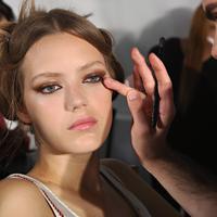 Primer ternyata bermanfaat untuk beauty hack yang simpel. (Sumber foto: The Gloss)