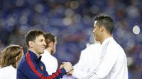 Lionel Messi (Barcelona/kiri) dan Cristiano Ronaldo (Real Madrid/kanan) berjabat tangan sebelum partai El Clasico (2/4/2016). Keduanya bakal menjadi penentu musim ini bagi tim masing-masing kala berebut trofi jawara La Liga 2015-2016.  (Reuters/Albert Gea