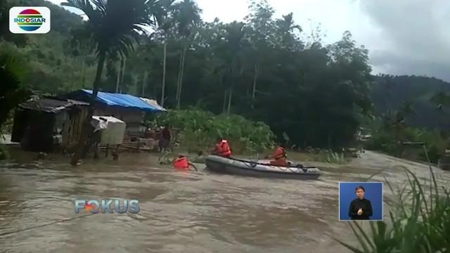 Banjir yang melanda sebagian wilayah Sumatera Barat membuat ratusan warga terpaksa mengungsi. Bahkan, Tim SAR harus menyisir permukiman untuk mengevakuasi warga.