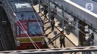 KRL berhenti di Stasiun Jatinegara, Jakarta, Selasa (27/7/2021). VP Corporate Secretary KAI Commuter Anne Purba mengungkapkan jumlah penumpang KRL mengalami peningkatan hingga 25 persen sejak penerapan PPKM Level 4. (merdeka.com/Iqbal S. Nugroho)
