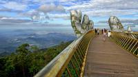Pengunjung berjalan di sepanjang Golden Bridge di Perbukitan Ba Na dekat Danang, Vietnam, Selasa (31/7). Golden Bridge telah menarik banyak wisatawan sejak dibuka pada Juni 2018. (Linh PHAM/AFP)