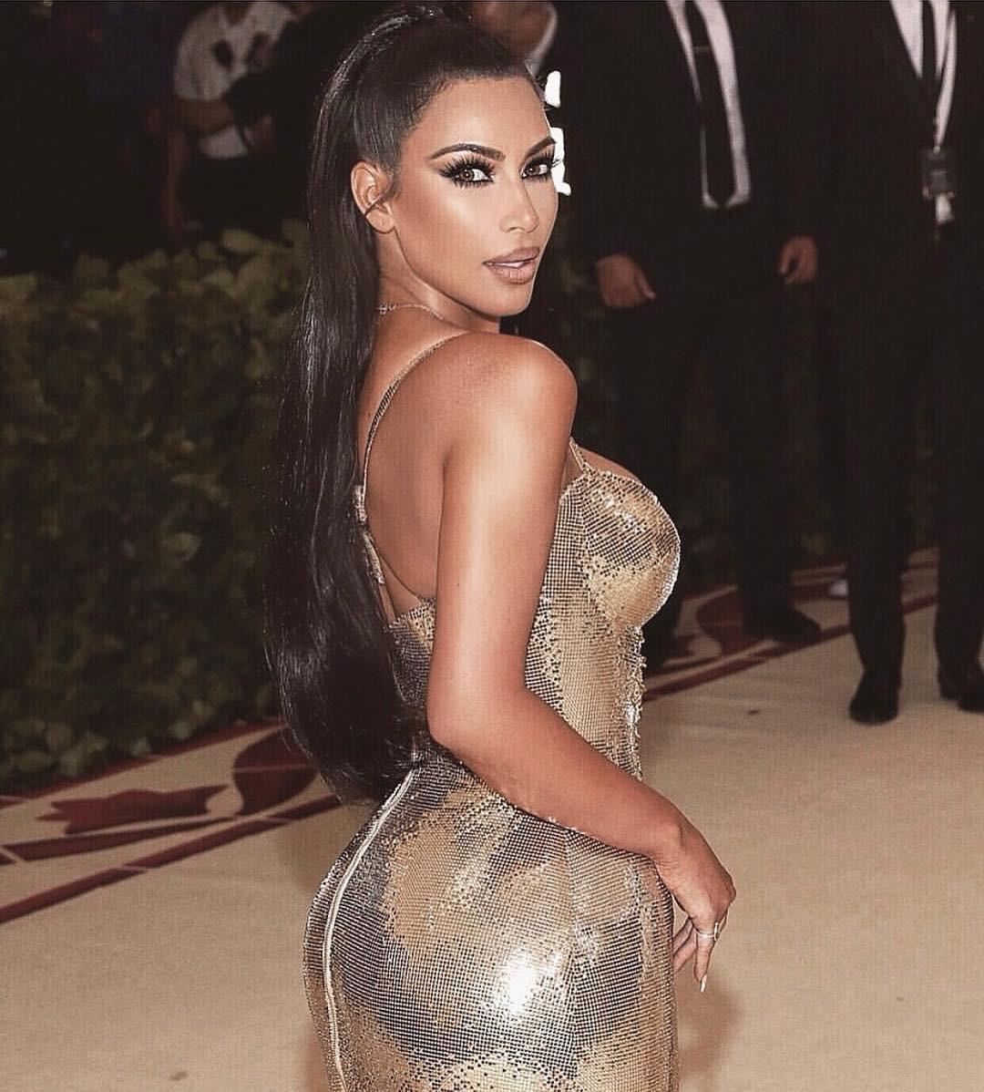 Usai Kanye West mengunggah foto seksi Kim Kardashian dengan gaun Met Gala di Twitter, Kim pun membalasnya. (instagram/kimkardashian)