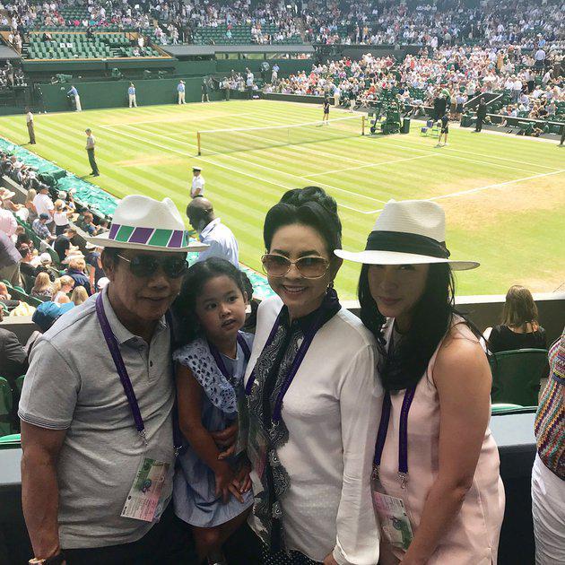 Tak hanya seleb hollywood, seleb Indonesia pun hadir di Wimbledon. Renny Sutiyoso mengajak keluarganya untuk menyaksikan pertandingan tennis ini. Keluarga satu ini memang gemar berolahraga, Renny sendiri sering mengunggah kegiatan olahraganya di instagram./Copyright instagram.com/rennysutiyoso
