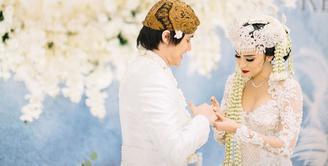 Setelah lima tahun berpacaran, akhirnya Kevin Aprilio resmi menikahi Vicy Melanie. Minggu (25/10/2020), Kevin dan Vicy menikah di salah satu hotel di kawasan Pondok Indah, Jakarta Selatan. Hanya berlangsung prosesi akad nikah yang dihadiri keluarga dan orang terdekat. (Instagram/thebridestory)