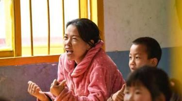 Seorang ibu ikut anaknya belajar di Sekolah Dasar. (Sember Foto: NextShark)